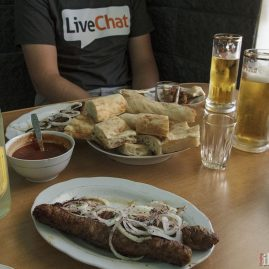 Kebab, sos pomidorowy oraz ordynarny product placement livechat.com.